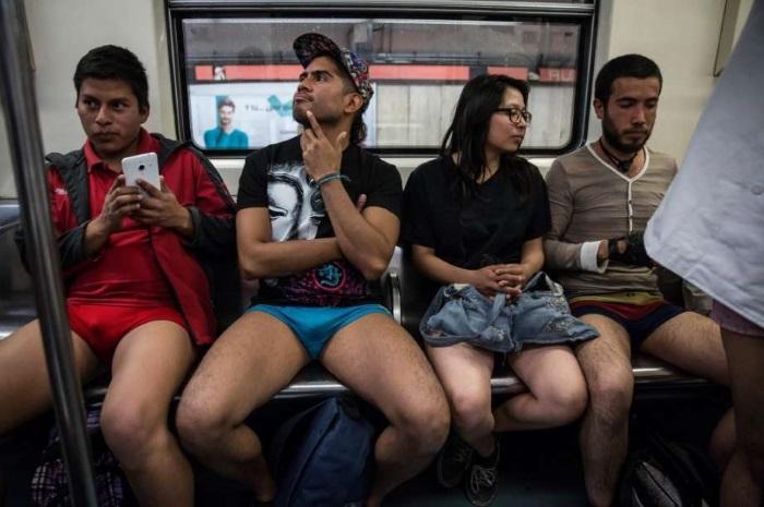 В пиджаке и трусах: фото веселого флешмоба No Pants Subway
