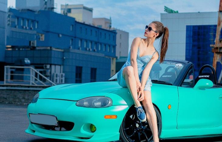 35 жарких девушек, позирующих возле шикарных автомобилей